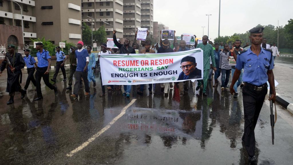 متظاهرون نيجيريون يدعون رئيس البلاد إلى استئناف مهامه أو الاستقالة.