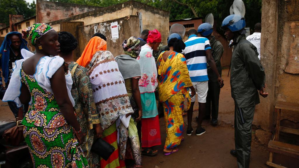 ماليون أمام أحد مكاتب التصويت.