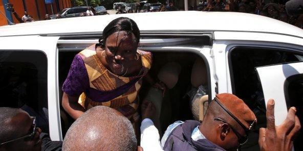 سيمون غباغبو لدى خروجها من المعتقل.