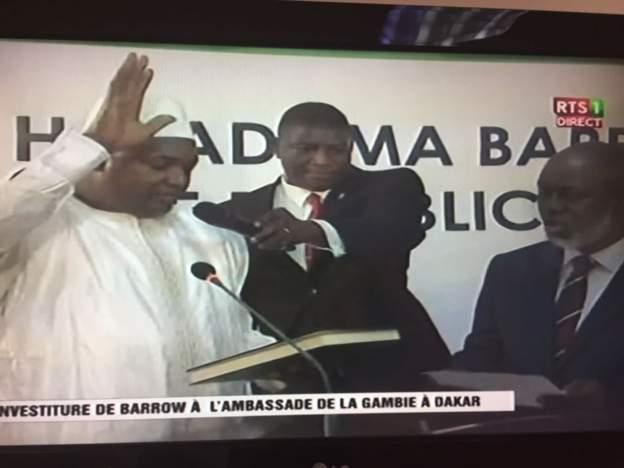 آدما بارو خلال تنصيبه بمقر السفارة الغامبية في داكار رئيسا لغامبيا.