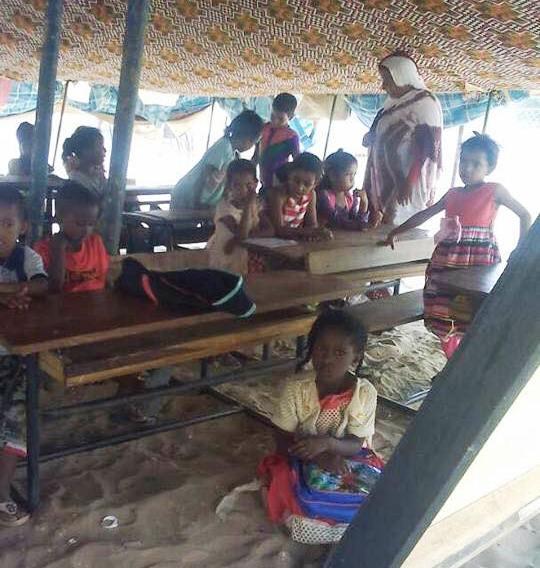 تلاميذ يدرسون تحت خيمة في إحدى القرى داخل موريتانيا