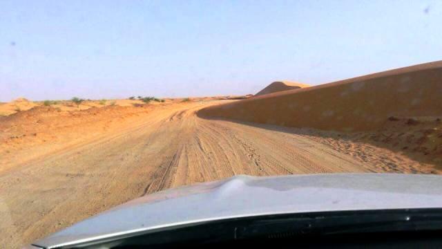 طريق قرية النباغية وقد حاصرته الرمال من كل جانب