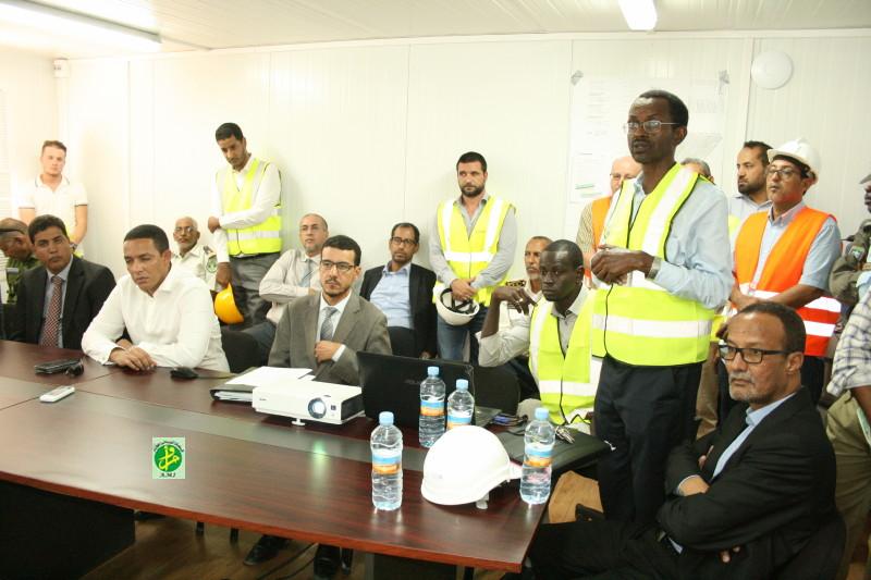 وزير النفط والطاقة والمعادن محمد ولد عبد الفتاح خلال متابعته لشروح حول المركز (وما)