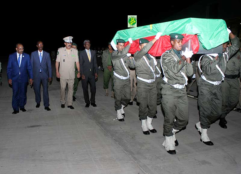 جثمان الدركي على أكتاف زملائه في مطار نواكشوط الدولي (وما)
