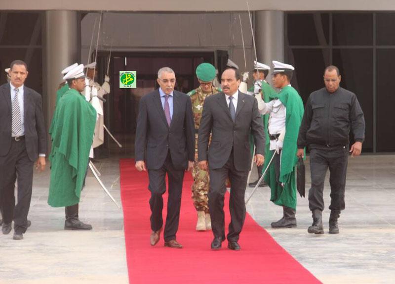 ولد عبد العزيز مع وزيره الأول يحي ولد حدمين في مطار نواكشوط الدولي (وما)