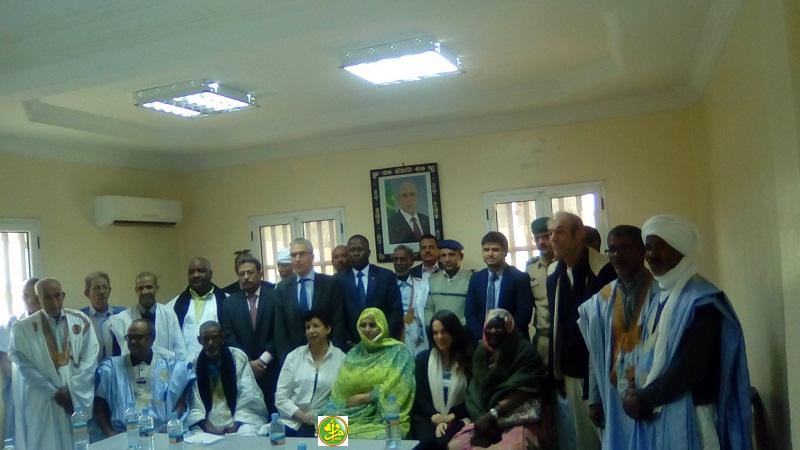السفير الفرنسي ووالي آدرار في صورة جماعية مع حضور الاجتماع (وما)