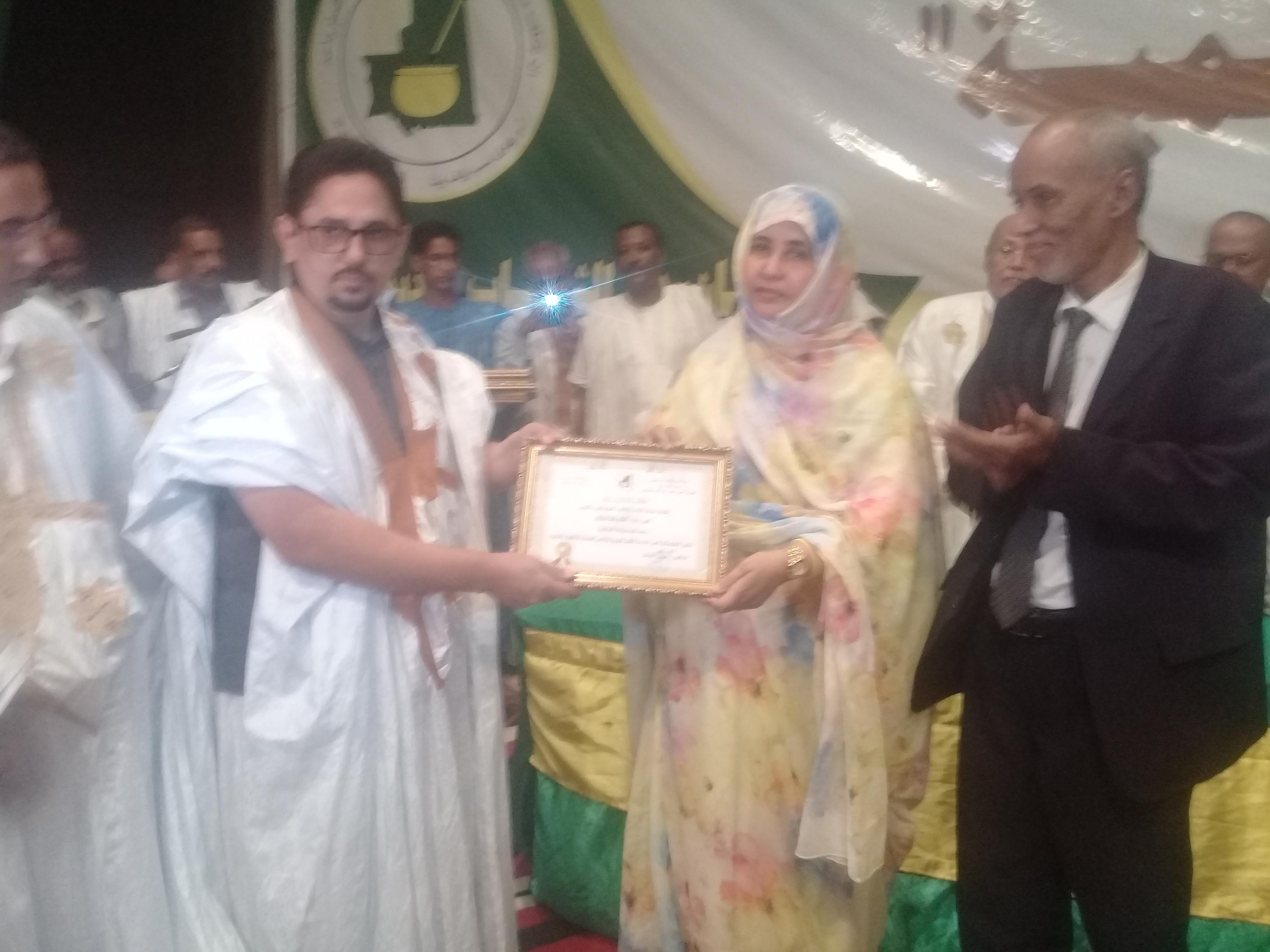 رئيس اتحاد الأدباء الموريتانيين ووزير الثقافة خلال حفل انطلاقة المهرجان السنوي للاتحاد (الأخبار)