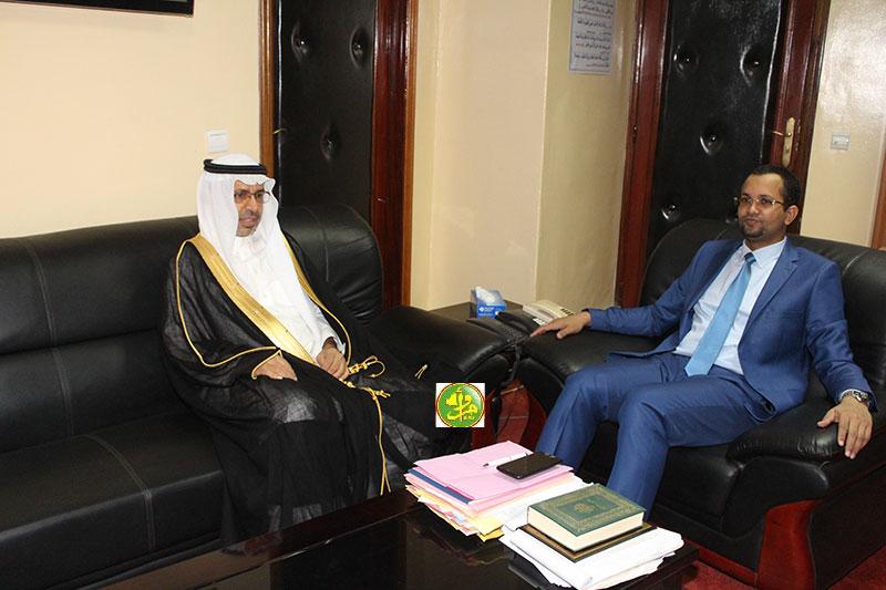وزير الشؤون الإسلامية والتعليم الأصلي أحمد ولد أهل داوود، والسفير السعودي هزاع بن ضاوي المطيري (وما)