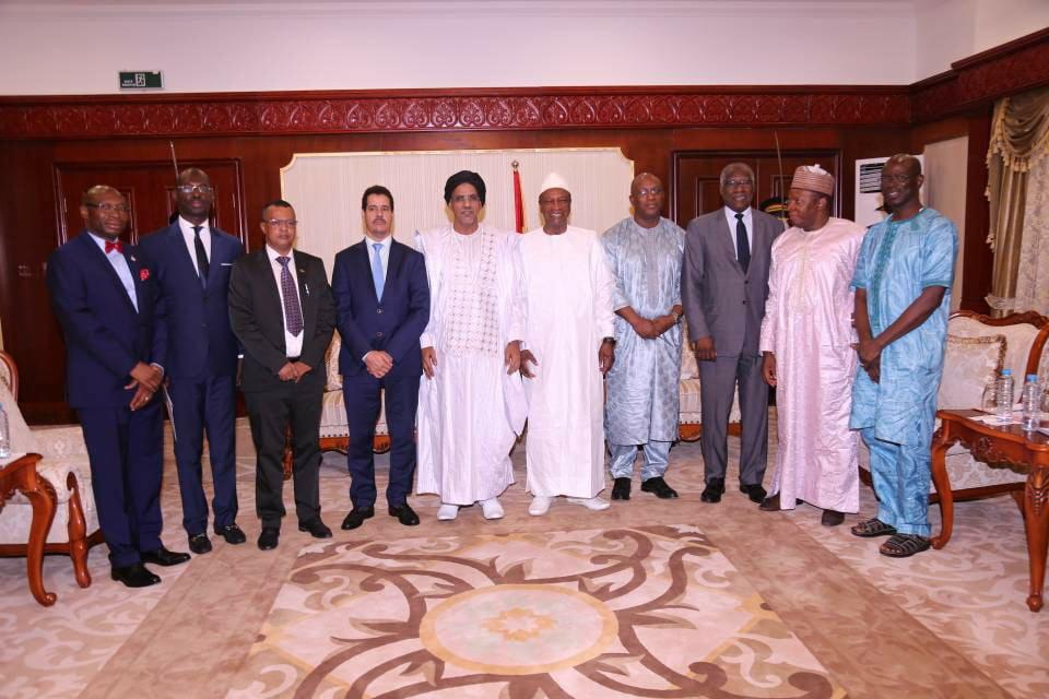 السفير الموريتاني شيخنا ولد النني رفقة الرئيس الغيني ألفا كوندي وبعض الدبلوماسيين الموريتانيين والغينيين.