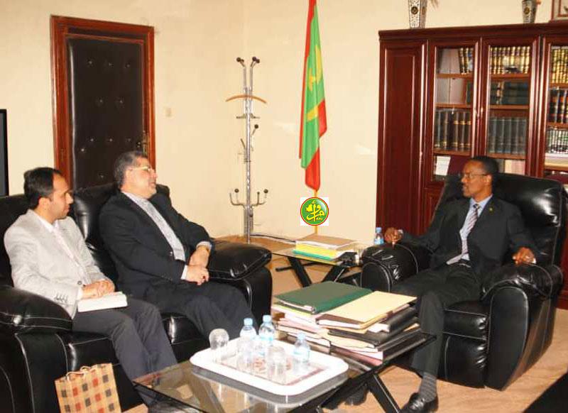 وزير العدل جا مختار ملل، والسفير الإيراني في نواكشوط محمد عمراني خلال لقائهما الثلاثاء (وما)