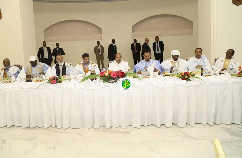 الرئيس ولد عبد العزيز وعدد من رؤساء الأحزاب خلال الإفطار مساء الأربعاء (وما)