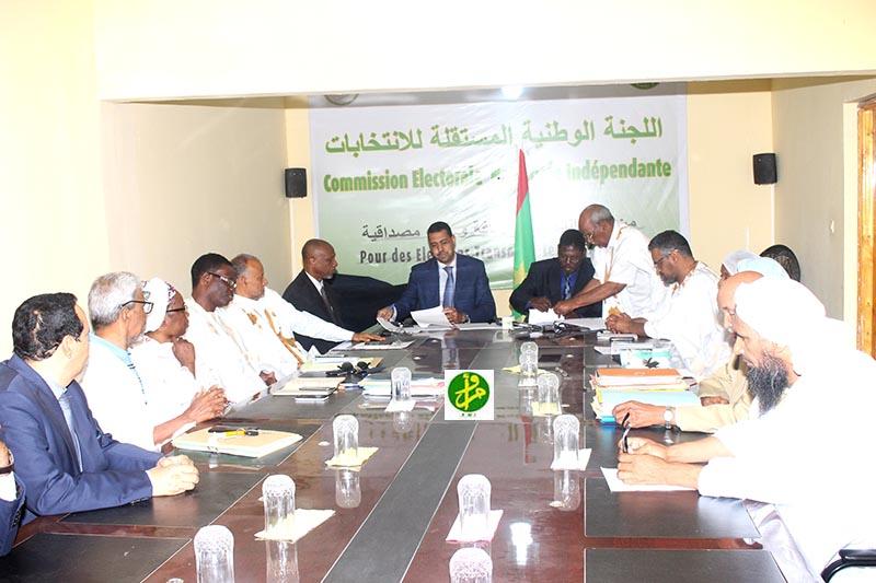 نائب رئيس لجنة الانتخابات، والمدير العام للمكتب الوطني للإحصاء خلال توقيع الاتفاقية (وما)