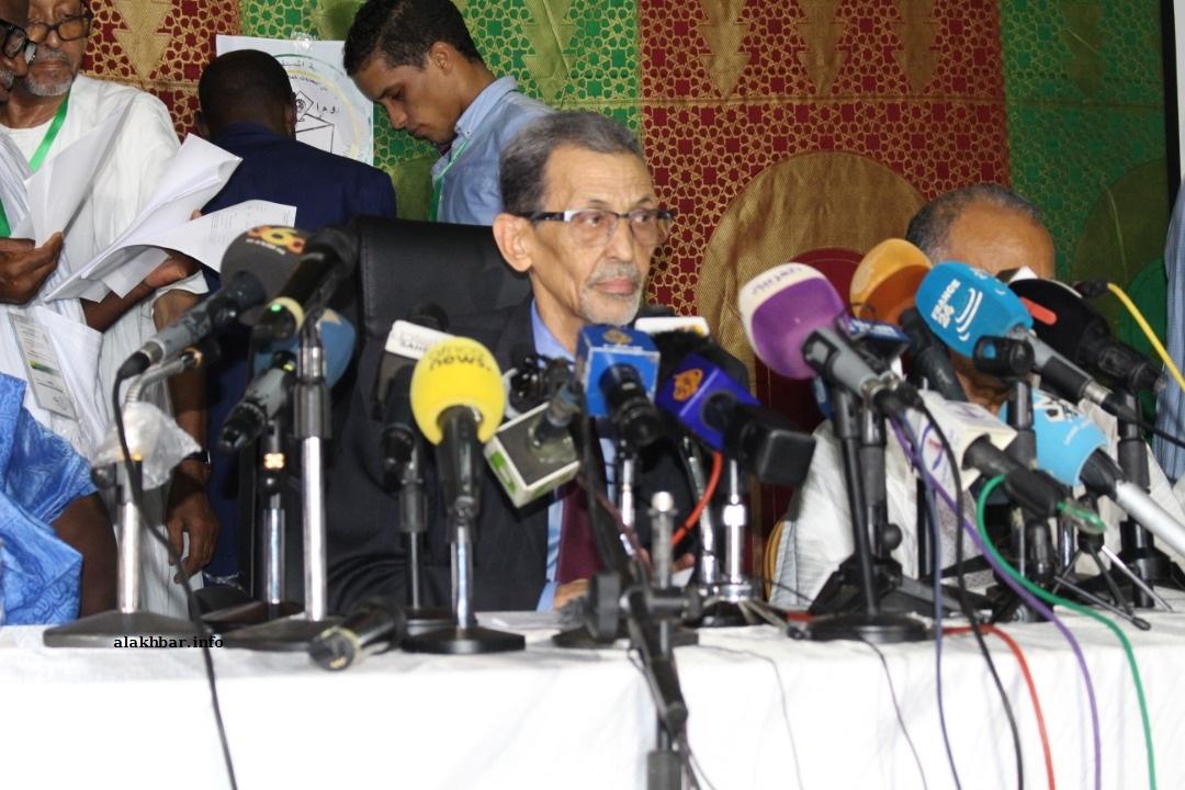 رئيس اللجنة المستقلة للانتخابات محمد فال ولد بلال وأعضاء في اللجنة خلال مؤتمر صحفي سابق (الأخبار - أرشيف)
