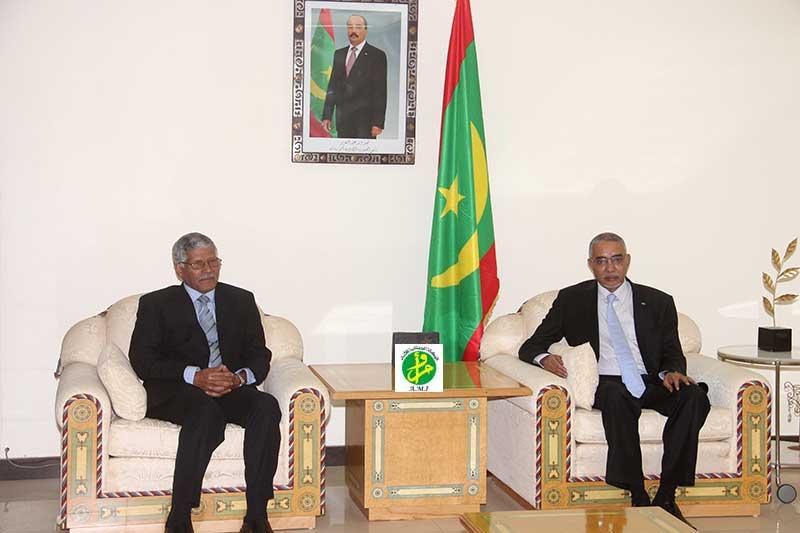 الوزير الأول الموريتاني يحي ولد حدمين خلال لقائه مع مبعوث الرئيس الصحراوي عبد القادر الطالب أعمر (وما)
