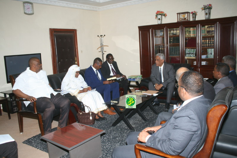 أعضاء اللجنة الإفريقية خلال جلستهم مع وزير العدل إبراهيم ولد داداه ـ (AMI)