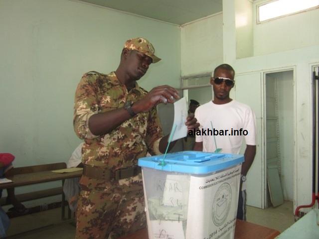أحد العسكريين يدلي بصوته خلال الانتخابات الرئاسية 2014 (الأخبار - أرشيف)