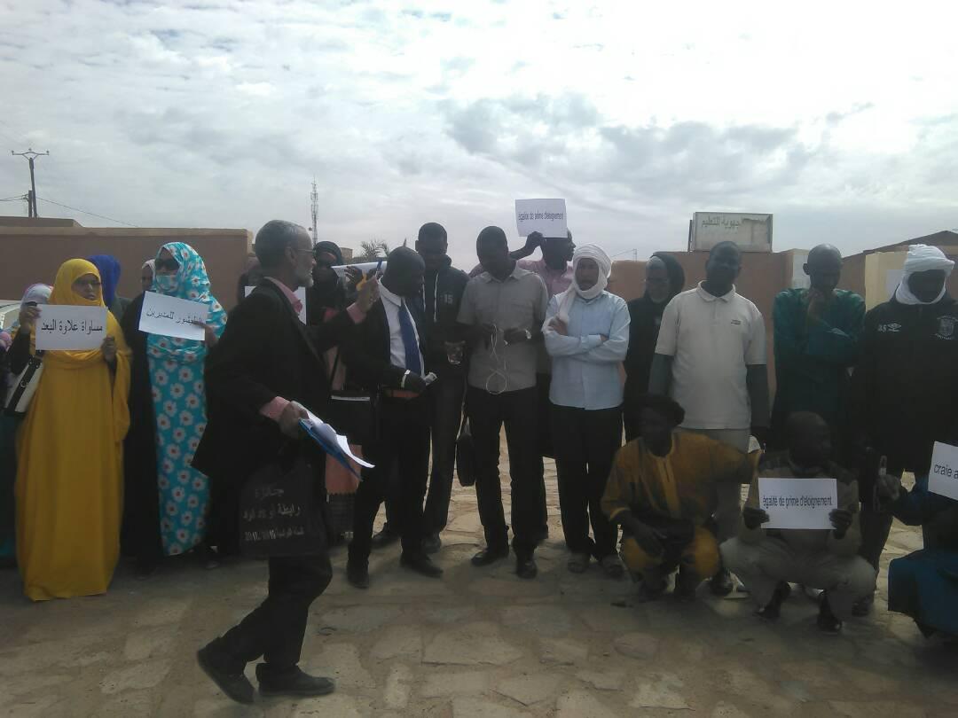 المعلمون خلال وقفتهم الاحتجاجية أمام مباني الإدارة الجهوية للتهذيب بأطار