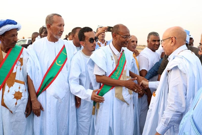 المرشح الرئاسي محمد ولد الغزواني يصافح منتخبين عن ولاية الحوض الشرقي
