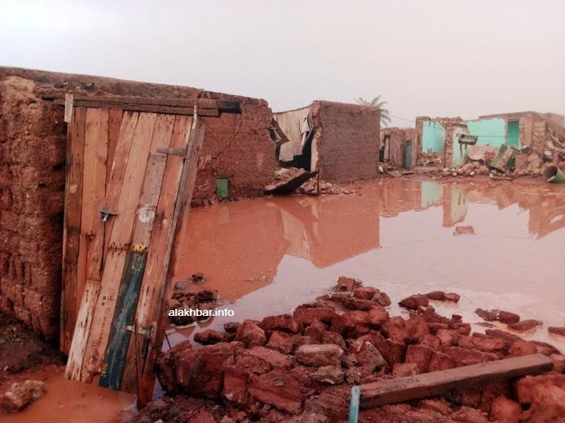 أحد المنازل وقد سقطت عدة أجزاء منه جراء مياه الأمطار