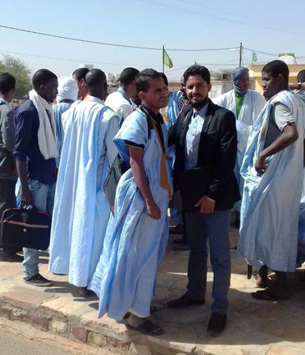 أساتذة أمام مباني الولاية في العيون عاصمة الحوض الغربي صباح اليوم
