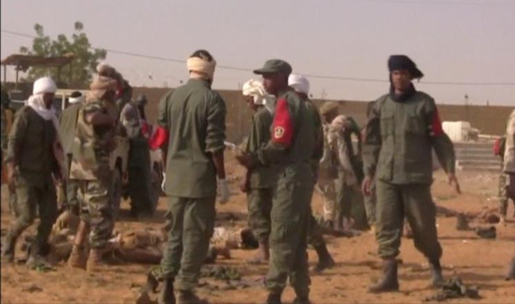 جنود ماليون في موقع هجوم سابق في منطقة غاو (رويترز)