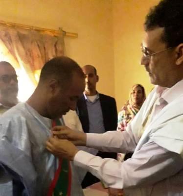الوالي يقلد العمدة المنتخب الوشاح الرسمي بمباني مقاطعة الشامي/ تصوير الاخبار