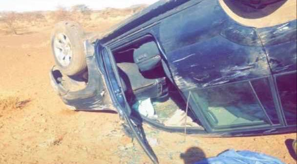 السيارة التي انقلبت على الطريق بسبب الحفر والأخاديد التي تضاعفت بعد توقف أعمال صيانة الطريق الرملي