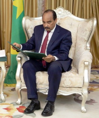 الرئيس الموريتاني محمد ولد عبد العزيز يقرأ دعوة ملك السعودية له (وما)