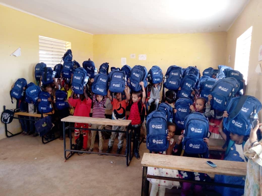 تلاميذ في إحدى المدارس بعد استلامهم الحقائب المدرسية