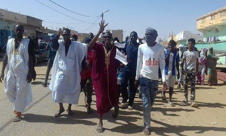 جانب من المسيرة الراجلة أثناء توجهها إلى مبنى الولاية (الأخبار)