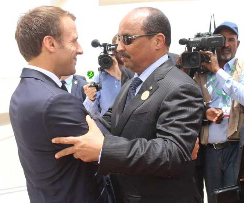 عناق الرئيس ولد عبد العزيز والرئيس ماكرون بمطار أم التونسي ـ (AMI)