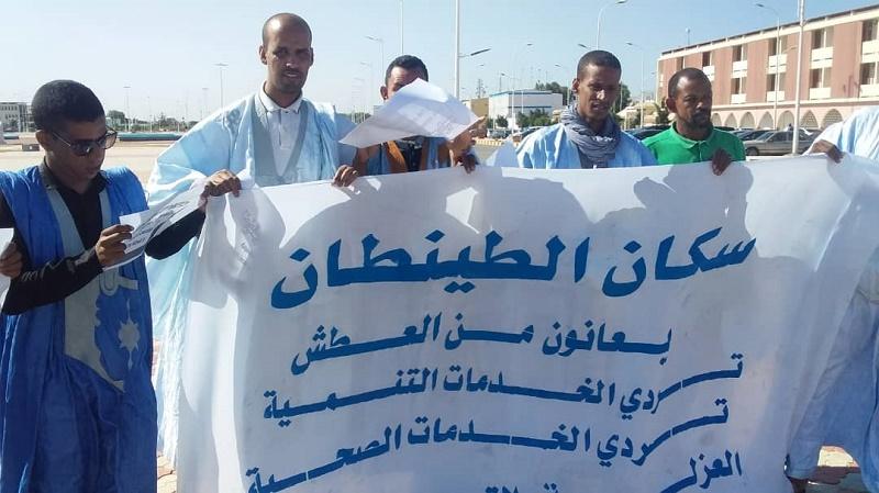 شباب يحتجون أمام القصر الرئاسي للمطالبة بتوفير مياه الشرب لسكان مدينة الطينطان بولاية الحوض الغربي
