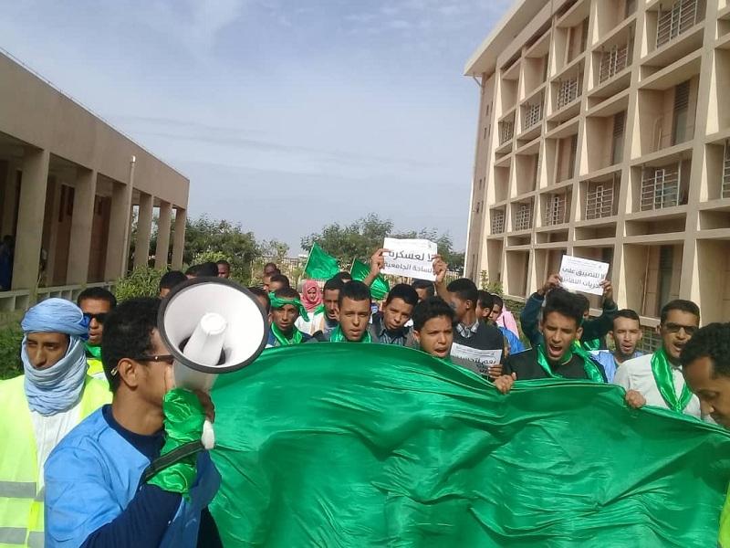 طلاب كلية الطب بجامعة نواكشوط خلال مسيرة احتجاجية بالكلية