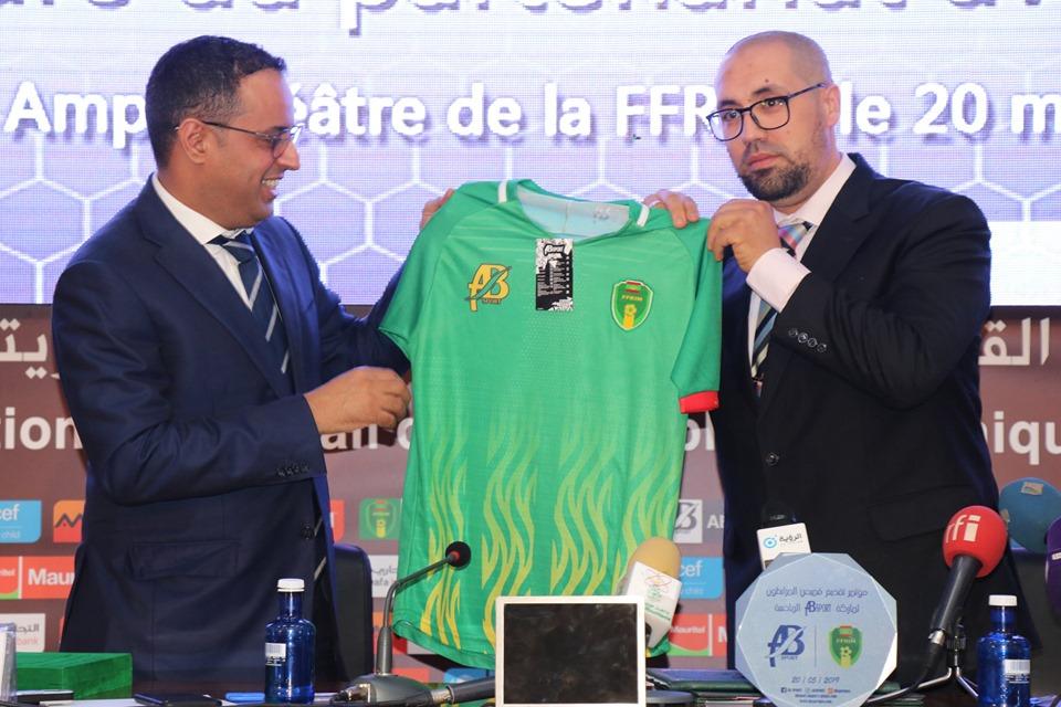 """مدير الشركة المغربية ورئيس الاتحاد الموريتانية لكرة القدم يستعرضون القميص الجديد """"للمرابطون"""""""