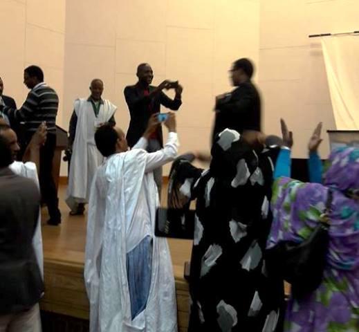 ولد حرمة الله خلال تصويته في انتخابات نقابة الصحفيين الموريتانيين