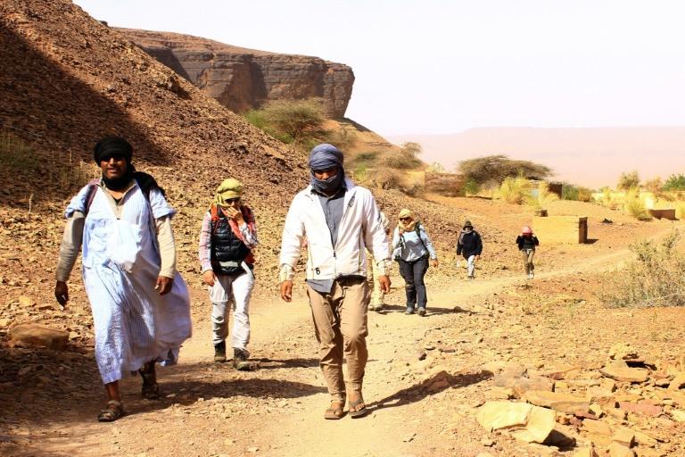 سياح يسيرون في قرية ترجيت قرب أطار في ولاية آدرار في موريتانيا في 27 ديسمبر 2017 خلال برنامج سير استمر أسبوعا(أ ف ب)