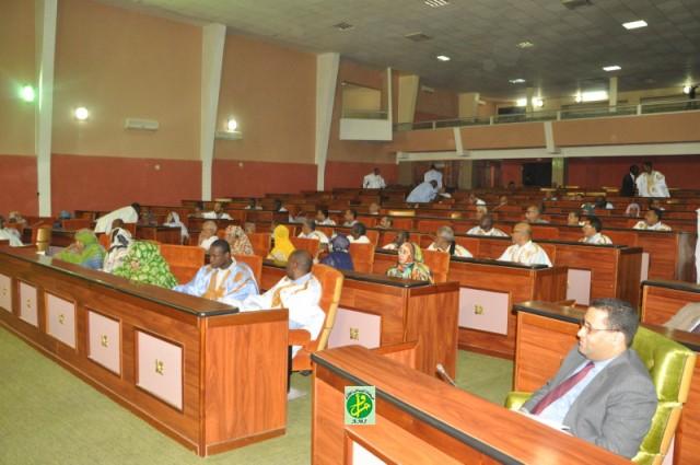 وزير الاقتصاد والمالية المختار ولد اجاي إلى جانب البرلمانيين خلال تقديم مشروع القانون المتضمن لاتفاقية القرض (وما)