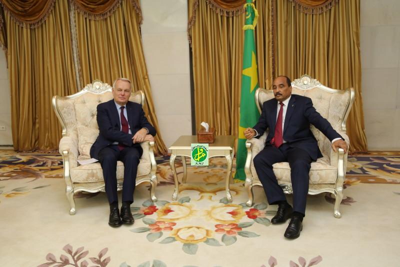 الرئيس الموريتاني محمد ولد عبد العزيز خلال لقائه وزير الخارجية الفرنسي جان مارك إيرو (وما)