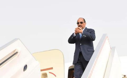 ولد عبد العزيز يعصد إلى طائرة الموريتانية خلال رحلة سابقة له