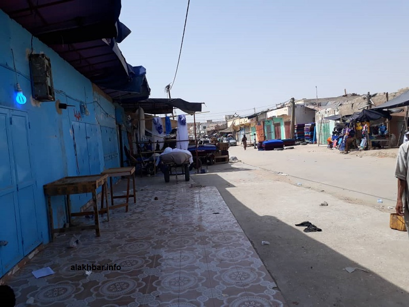 السوق ظهر أمس وقد أغلقت العديد من محلاتها أبوابها