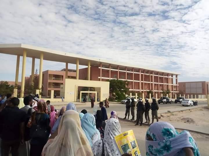 طلاب ينتظرون سماح الشرطة لهم بدخول كليتهم بجامعة نواكشوط العصرية