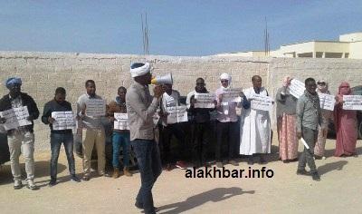 جانب من الوقفة الإحتجاجية لنشطاء ومدونين أمام المنطقة الحرة/ الأخبار