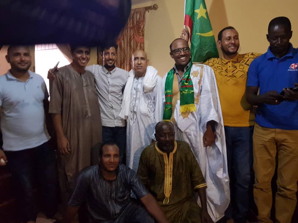 رئيس الجالية مع أفراد منها بعيد انتخابه أمس الأحد