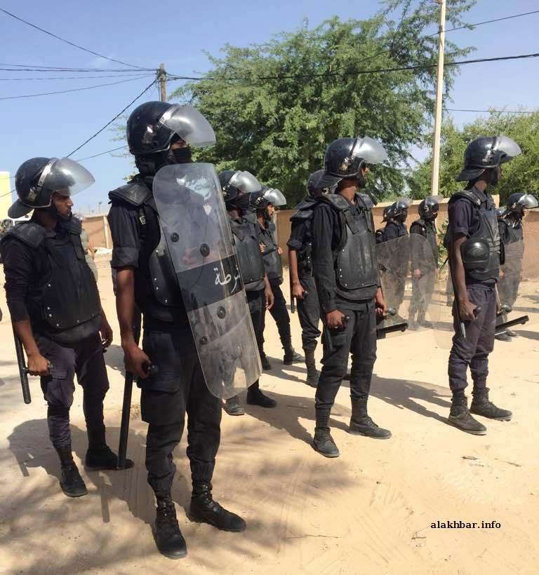 شرطة مكافحة الشغب في محيط المركز قبل تفريق التظاهرة الطلابية (الأخبار)