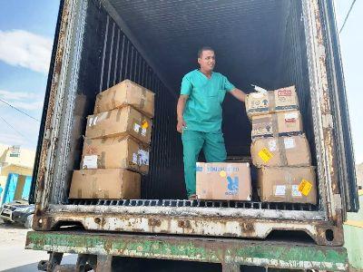 جانب من الحاوية التي تحمل معدات طبية/ الأخبار