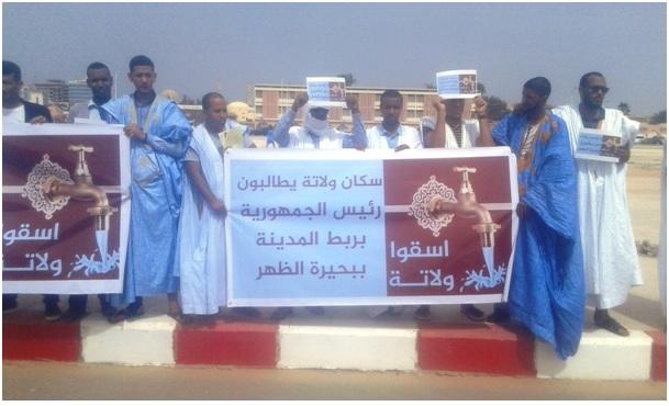مواطنون من مدينة ولاته خلال وقفة احتجاجية للمطالبة بربط المدينة بمشروع اظهر للمياه الصالحة للشرب