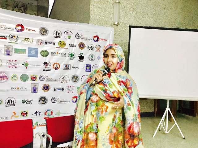 بنت الشيخ محمد الحسين خلال تقديم ورقتها في المعرض المنظم بنواكشوط