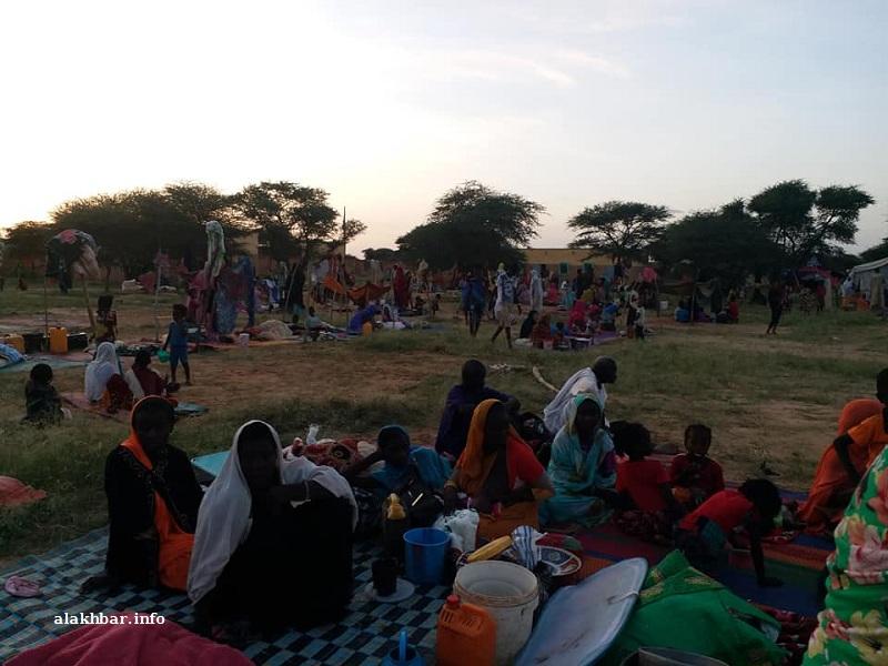 السكان نجو بما خف حلمه ليتجمهروا في إحدى المدارس في انتظار الإغاثة (الأخبار)