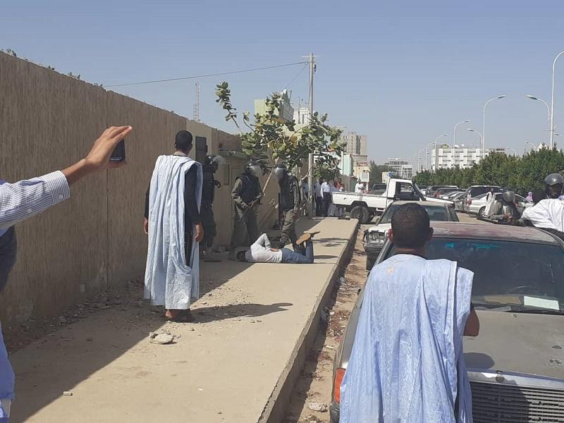 أفراد شرطة يدوسون أحد الطلاب بأحذيتهم العسكرية صباح اليوم أثناء فض اعتصام الطلاب