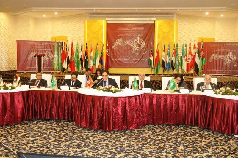 وزير الثقافة والصناعة التقليدية في موريتانيا محمد الأمين ولد الشيخ (الثاني من اليسار)، وأمامه وخلفه العلم القديم لموريتانيا